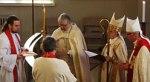 Biskop Thor Henrik With overleverer bispestaven til den nye finske biskopen.