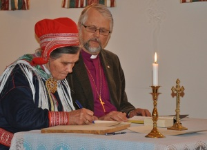 Ellen Marja Turi Gaup signerer Grunnreglene - Foto Privat